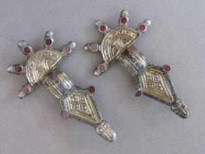 Zwei silbervergoldete und granatverzierte Bügelfibeln aus einem reichen Frauengrab. (Foto: A. Ulbrich, hessenARCHÄOLOGIE)